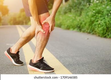 Runners Beinschmerzen, Mann, der wunde und über trainierte schmerzhafte Beinmuskulatur oder Krampf hält. Verletzten über geschulte Person beim Training oder Laufen im Freien.