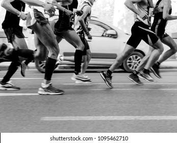 runners men run city marathon black-and-white image