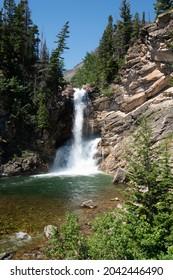 Courir la cascade d'Eagle Falls par beau temps, dans le secteur Two Medicine du Glacier National Park USA