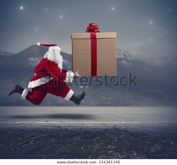 Courir un Père Noël avec un grand cadeau dans une rue