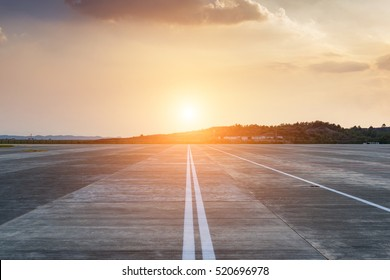 Start- und Landebahn im Flughafen-Terminal mit Markierung auf blauem Himmel mit Wolkenhintergrund. Konzept für den Reiseflugverkehr.