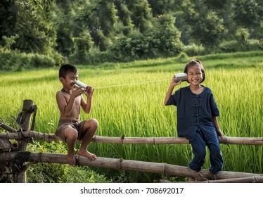 Rural children communicate with the phone.
