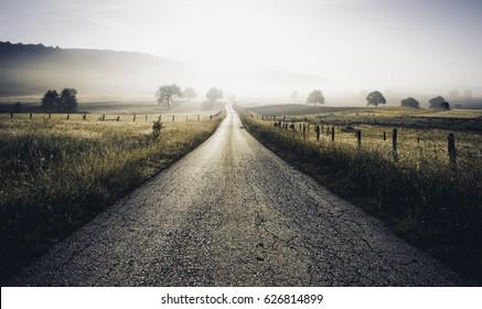 Landstrassen.Landschaftliche Landschaft des ländlichen Dorfes