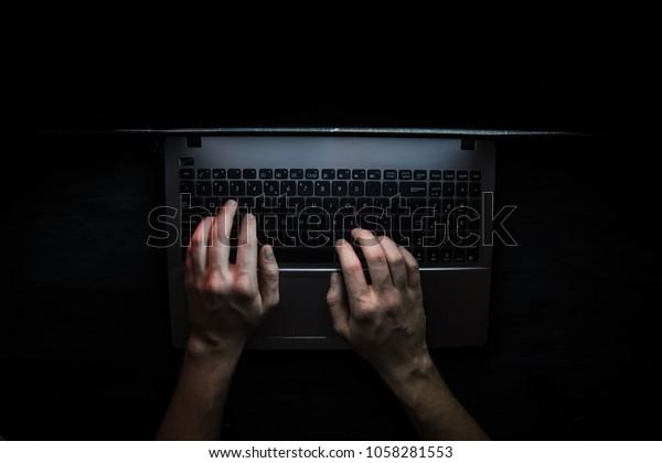 Российский хакер взламывает сервер в темноте