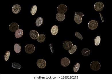 De l'argent russe. En chute de roubles, la valeur faciale de 10 roubles. Pièces sur fond noir. Chute gelée. Espace pour le texte. Isolé sur fond noir.