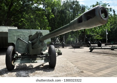 Russian tank and howitzer. Old weapons Museum