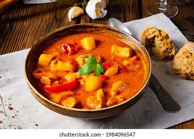 soupe rustique de goulash hongrois au paprika