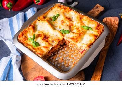 rustikal gewürzte Lasagne mit Basilikum auf der Zinn.