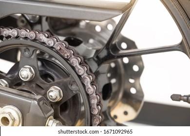 Chaîne de moto rouillée sur écharpe avec fond roue