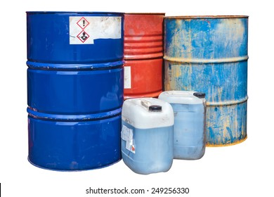 Barriles de desechos tóxicos rustos aislados en un fondo blanco