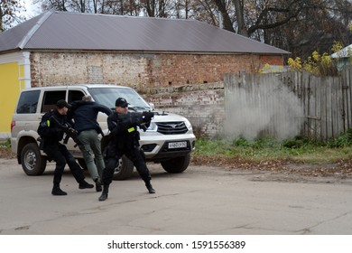 """RYAZHSK, RUSSIA - OCTOBER 20, 2017:Soldiers of the police detachment of special purpose """"Thunder"""" conduct training on the protection of the accompanied person"""