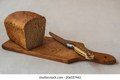 Rye bread and knife on a cutting board
