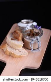 játrová paštika s kuřecích jater ve skleněné misce na dřevěné desce s plátky chleba černé pozadí  - Shutterstock ID 1948818700