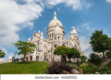 Sacre Coeur Paris basilika church white stone hill nature and sky