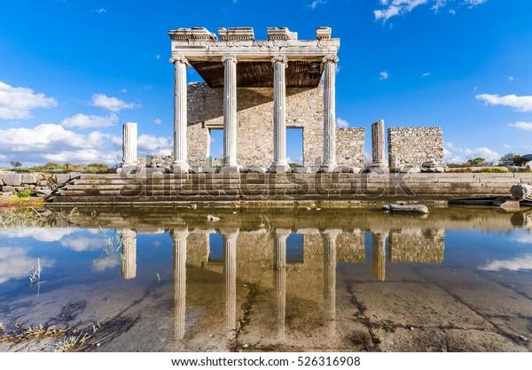 La Vía Sagrada y la Iónica Estoa de Mileto