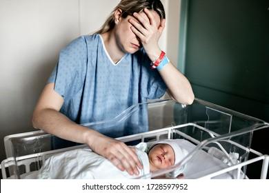 生まれたばかりの赤ん坊を産んだ母親を、出産後の1日のうちに病院で悲しみ、抑圧する