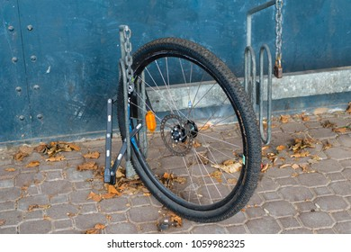 Sad residue: After a theft, only one wheel is left. But this is at least secured by a bicycle lock on the bicycle stand.