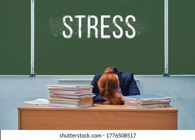 "Trauriger Lehrer an der Tafel mit dem Text ""Stress"""