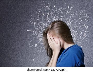 心配そうなストレスを感じた表情をし、脳が線に溶け落ちている悲しい青年は、疑問点をつけます。強迫性、無感、不安障害のコンセプト