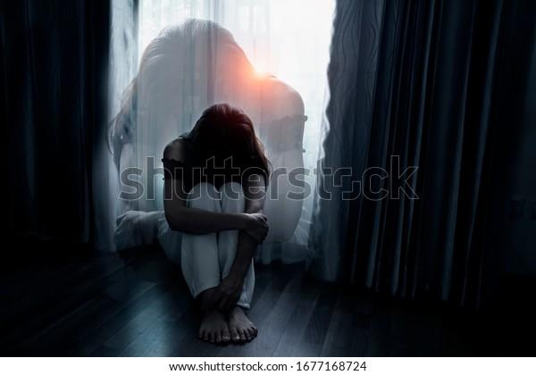 Triste mujer joven sentada en el dormitorio, concepto de gente con depresión. Enfoque suave.