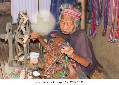 Sade, Lombok Tengah, Lombok, September 30, 2016, weave cloth