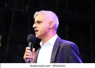 Sadiq Khan Mayor, Trafalgar Square, London, UK. 16th October 2016. Sadiq Khan mayor of London opens Diwali, Indian Dewali celebration in Trafalgar Square. Sadiq Khan giving speech to the crowd