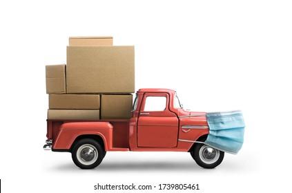 Sichere Lieferung. Auto in Maske liefern leere Boxen. Beladener Truck mit Schutz auf weißem Hintergrund.