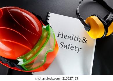 Schutzbrille, Kopfhörer und roter Helm