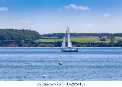 Segelboot auf der Ostsee bei Eckernförde, Deutschland