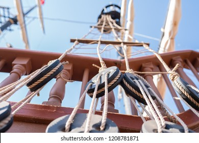 Sailboat rigging system consisting of pulleys, planks, masts and ropes.