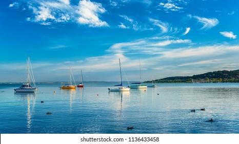 Segelboote im Hafen am Plattensee, Ungarn im Sommer