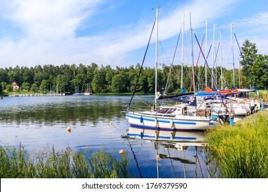 Reflexión de veleros en el lago Nidzkie cerca de la ciudad de Ruciane Nida, distrito de Mazury Lake, Polonia