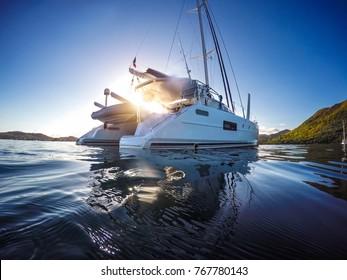 Segelyacht Katamaran Segeln im Meer. Segelboot. Segeln in der Karibikküste