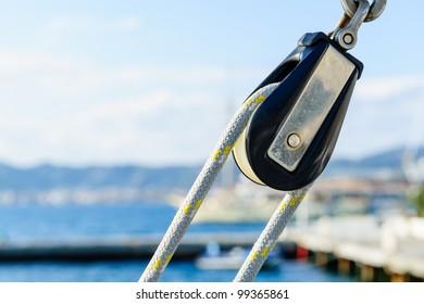 Sailing yacht equipment: block with main sheet rope