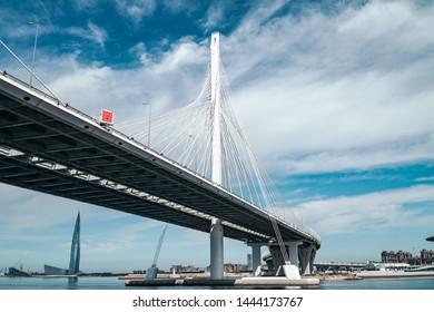 SAINT PETERSBURG, RUSSIA - 21. JUNI 2019: Eine Brücke die zum Neuen Stadtteil der Stadt führt.