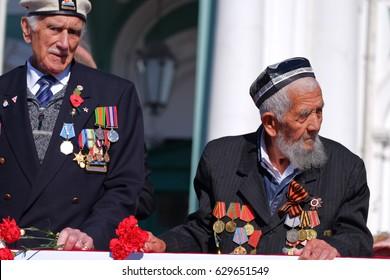 Saint Petersburg /RUSSIA - MAY 9: Old   veterans  of  WWII   veteran of Arctic convoy and veteran from Uzbekistan ? anniversary of Victory Day on May 9, 2015 in Saint- Petersburg