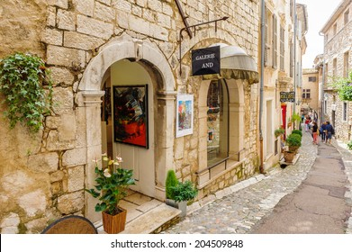 SAINT-PAUL-DE-VENCE, FRANCE - JUN 25, 2014: Small restaurant in Saint Paul de Vence, one of the oldest towns of the Frence Riviera