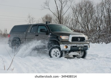SAKHALIN RUSSIA - Desember 1, 2014: Toyota Tundra goes fast on a snowy field
