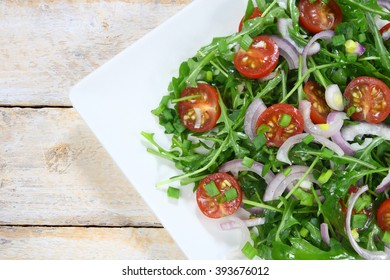 Salad with arugula, tomato and red onion
