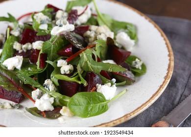 Salade avec betteraves, fromage et salade