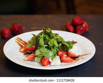 Salad with blue cheese and strawberries