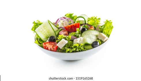 Salat mit frischem Gemüse Oliven Tomaten roten Zwiebelkäse Feta und Olivenöl einzeln auf weißem Hintergrund.
