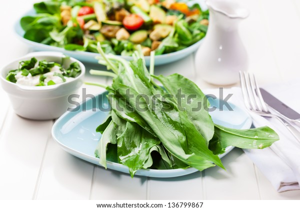 Salad with green asparagus and leaves of wild garlic