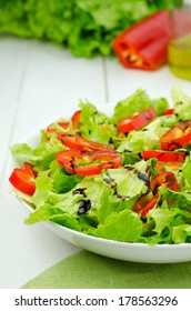 Salad with lettuce and red pepper