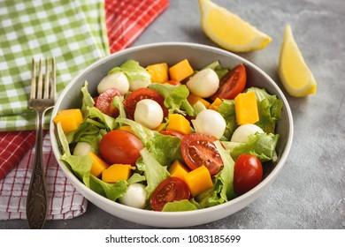 Salad with mango, tomatoes, mozzarella and lemon.