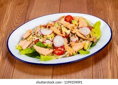 Salad with salmon, kinoa and reddish