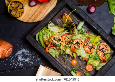 Salad with shrimps, cucumber and pepper
