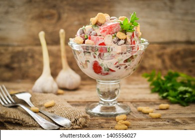 Salad with tomatoes and croutons, seasoned with mayonnaise
