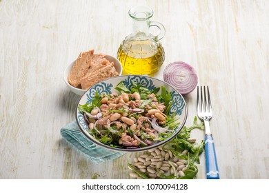 salad with tuna cannellini beans arugula and red onion