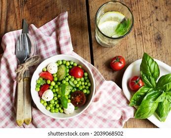 Salade végétarienne. Salade de légumes frais avec tomate, concombre, basilic, pois verts, fromage mozzarella.